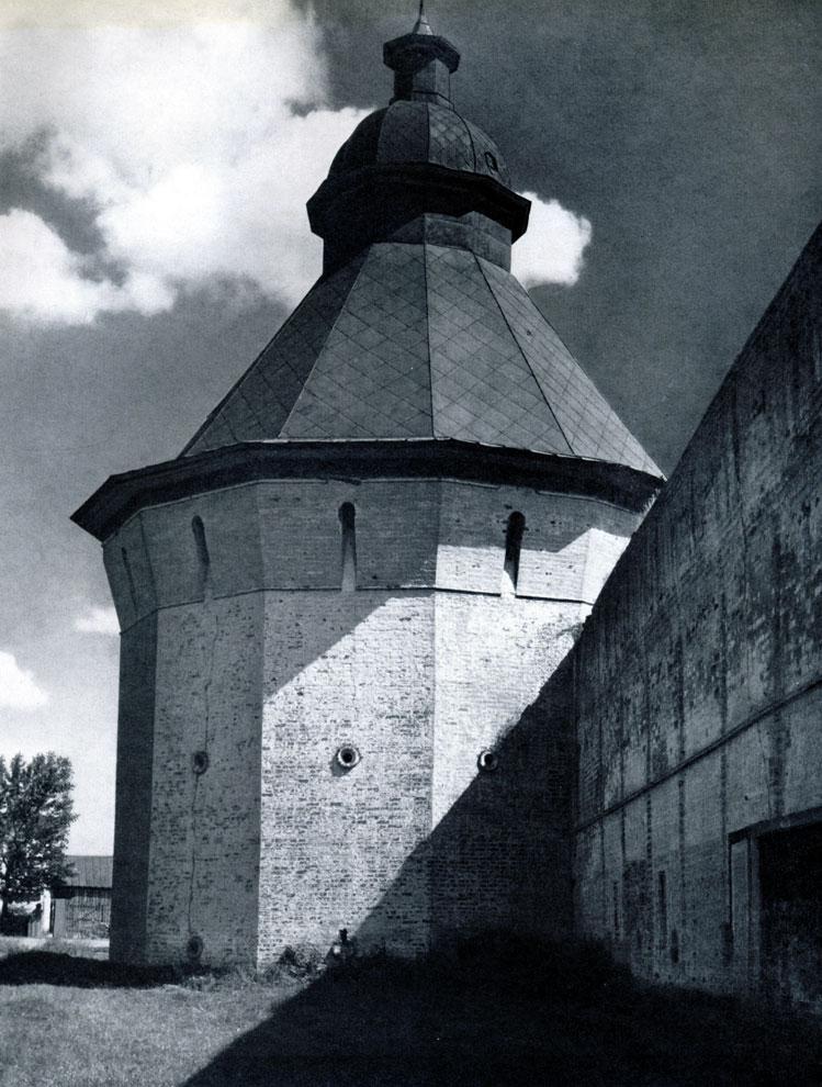 74. Вологда. Спасо-Прилуцкий монастырь. Северная угловая башня. 1656 г. Фото А. А. Александрова