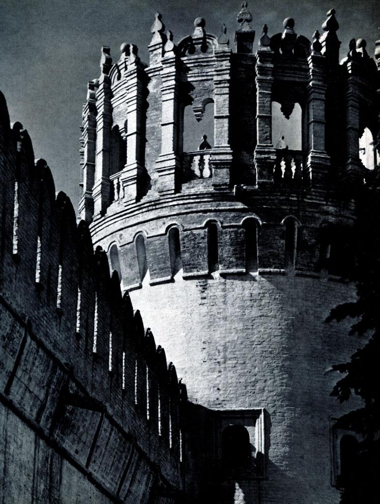 102. Москва. Новодевичий монастырь. Фрагмент Напрудной башни. Конец XVII в. Фото А. А. Александрова